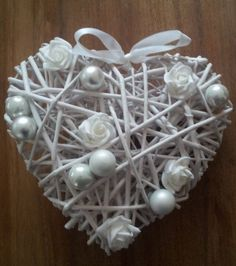 Indoor Crafts, Diy Home Crafts, Decor Crafts, Valentine Wreath, Valentine Day Crafts, Christmas Crafts, Heart Decorations, Valentines Day Decorations, Christmas Decorations