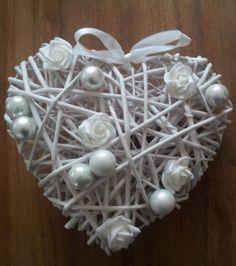 Een+rieten+hart+versierd+met+roosjes+en+kerstballen.  Kan+natuurlijk+in+alle+kleuren.  Alles+gekocht+bij+de+Action.
