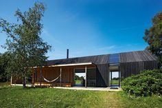 På Møn har den herboende tyske arkitekt og selvbygger, Jan Henrik Jansen, skabt et unikt fritidshus, der tager naturen, lyset og landskabet i ed.
