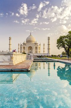 The Taj Mahal at sunrise <<-- One of these days I'm going to see this place that Wesley always makes jokes about
