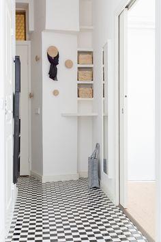 Remontoitu eteinen toivottaa tervetulleeksi kaksioon Helsingissä. Hauskaa mustavalkoista lattiaa pehmensivät puiset naulakot sekä paperikorit ja raikkaat valkoiset seinät ja kiinteät hyllyköt antoivat eteiselle pirteän, raikkaan ilmeen. #eteinen #mustavalkoinen #remontti #huoneistoremontti Alcove, Bathtub, Mirror, Bathroom, Furniture, Home Decor, Standing Bath, Bath Room, Homemade Home Decor