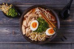 Cómo preparar sopa ramen de pollo. El ramen de pollo es un un plato japonés muy popular cada vez más consumido en occidente. Actualmente podemos encontrar distintas recetas de ramen, y ese plato no debe ser confundido con los conocidos...