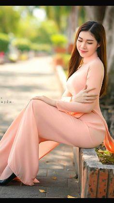 Vietnamese Traditional Dress, Vietnamese Dress, Traditional Dresses, Ao Dai, Beautiful Vietnamese Women, Beautiful Asian Women, Long Dress Fashion, Hot Japanese Girls, Oriental Fashion