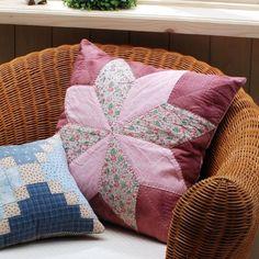 Almofadas feitas de patchwork ficam ainda mais especiais quando você coloca o seu toque pessoal (Foto: gurukoala.com)