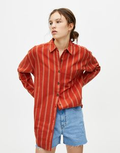 This spring summer 2020 try a modern look with women's shirts and blouses at PULL&BEAR. Denim, striped, plaid, knotted, or off-the-shoulder tops. Striped Long Sleeve Shirt, Long Sleeve Shirts, Pull N Bear, Denim Shirt, Blouses For Women, Casual, Spring Summer, Tunic Tops, Plaid