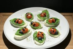 Tomate-Mozzarella-Marienkäfer von Chefkoch-Video   Chefkoch Tomate Mozzarella, Brunch, Snacks Für Party, No Bake Cookies, Panna Cotta, Buffet, Appetizers, Food And Drink, Pudding