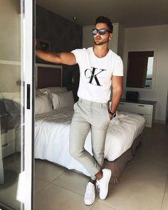 Dica de look masculino com camiseta Calvin Klein, calça chino e tênis branco. Veja mais looks com tênis branco no blog Marco da Moda