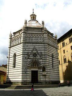 Pistoia, Battistero di San Giovanni in corte. La ricostruzione, su preesistente luogo di culto longobardo, avvenne a partire dal 1301. È considerato tra le massime espressioni del gotico toscano, in quanto riunisce in sé elementi fiorentini, pisani e senesi.