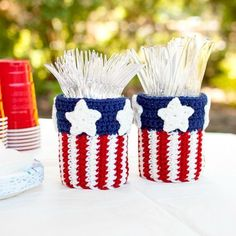 Crochet up these fun patriotic utensil holders ... perfect for all your summer BBQs and entertaining! Free pattern too!  #crochet   #4thofjuly   #patriotic   #pattern   #masonjarcrafts