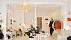 À la fois créatrice de vêtements et chineuse d'objets rares, Jennifer Thieblin inaugure deux boutiques au cœur desquelles elle célèbre ses passions. Entre Bastille et gare de Lyon, à chacune son univers : « Les étoiles mode » propose la collection Créatures de la fondat…