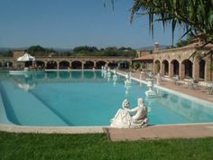 #8 Villa Finisterre Piscina megagalattica e gazebo galleggiante: sono due delle attrazioni di questa villa in provincia di Viterbo Semplicemente maestosa.