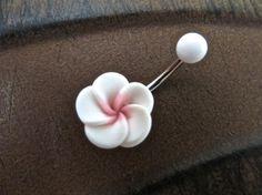 Bauchnabel Ring Schmuck. Schöne rosa und weiße Plumeria auf eine 14 gauge, chirurgischen Stahl Langhantel. Die Blume ist ca. 13mm an der breitesten Stelle. Die Bar ist etwa 10mm lang. Jede Blüte wird von Hand gemacht und werden etwas anders. Hinweis für Käufer: Versand für das erste