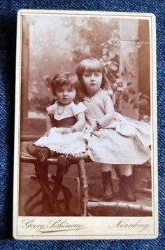 Altes Foto im CDV-Format (6,5 mal 10 cm) vor 1900 aus Nürnberg. Eines der Kinder trägt eine Armbanduhr. Hinten beschriftet mit 1892.     *Zustand: Bil