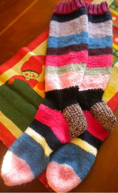 Joululahjaksi lähti tämä jämälankaprojekti. Pitkävartiset kirjavat sukat koossa 41 (vastaavia mahdollista tehdä myös tilaustyönä, sähköpostilla tavoittaa Norrakka@gmail.com ).