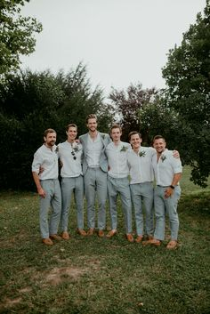 beach wedding groom attire Casar durante a primave - beachwedding Groomsmen Looks, Groomsmen Grey, Groomsmen Outfits, Groom And Groomsmen Attire, Bridesmaids And Groomsmen, Groom Outfit, Beach Wedding Groomsmen, Mens Beach Wedding Attire, Casual Groom Attire