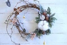 ぶどうのつるの冬リース* Door Crafts, Diy And Crafts, Holiday Wreaths, Holiday Decor, Dried Flowers, Grapevine Wreath, Home Deco, Grape Vines, Seasons