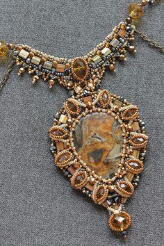 Старый зАмок (почему-то....)   biser.info - всё о бисере и бисерном творчестве Seed Bead Jewelry, Pendant Jewelry, Jewelry Art, Beaded Jewelry, Beaded Necklace, Bead Embroidery Jewelry, Beaded Embroidery, Fabric Beads, Bead Art