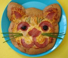 cat face pizza Pizza Muffins, Pancakes, Cat Themed Parties, Food Photo, Pizza Art, Fun Food, Food Art, Yummy Food, Good Food