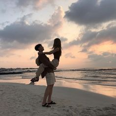"INSTA: her: ""he's back."" him: ""told you i was irresistible. also you heavy."" her: ""fuck off. Couple Beach, Love Couple, Couple Goals, Cute Couples Goals, Couples In Love, Couples Beach Photography, Parejas Goals Tumblr, The Love Club, Couple Aesthetic"