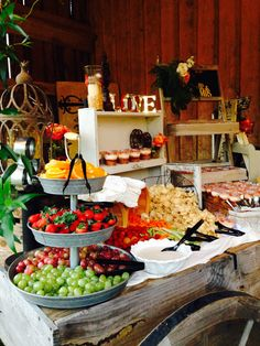 17 Beauty Rustic Party Ideas and Inspiration - Buffet decor - Hochzeit Bbq Party, Buffets, Wedding Appetizers, Wedding Appetizer Table, Appetizer Table Display, Fruit Displays, Food Table Displays, Buffet Table Decorations, Christmas Buffet Tablescapes