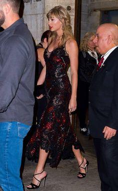 Taylor Swift stuns in sheer dress as she supports boyfriend Joe Alwyn at The Favourite premiere Taylor Swift 壁紙, Frases Taylor Swift, Estilo Taylor Swift, Taylor Swift Outfits, Taylor Swift Pictures, Taylor Swift Fashion, Taylor Swift Boyfriends, Miss Americana, Taylor Swift Wallpaper