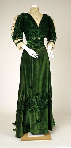 Green silk velvet and ivory lace dress with green silk taffeta and chiffon underskirt, by Henriette Favre, French, 1905-07.