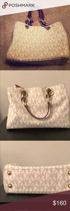 e8c88dda076b51 Michael Kors bag Michael Kors Cynthia satchel medium size.4 inside pockets.  One inside
