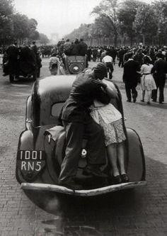 La liberazione di #Parigi, 1944. Foto di #RobertDoisneau #1Love