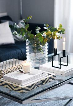 Skal man ha et stort stuebord bør det absolutt pyntes. Mange kan synes det er vanskelig og finne dekor til stuebord, men et godt tips er å finne et fint brett der du plasserer all dekoren. Når det kommer til pynten er det viktigste at du finner pynt du selv liker, og gjerne har en tilhørighet til, kombinert med noe nytt i passende stil. Noe annet som er viktig er at du legger til dekor i ulike høyder. Synes du det fortsatt er vanskelig, se bare på disse inspirasjonsbildene vi har funnet til…