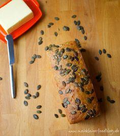 Das Busy People Brot ist ein leckeres Brot, was in 15 Minuten im Ofen ist und tagelang wie frisch gebacken schmeckt | www.meinkleinerfoodblog.de