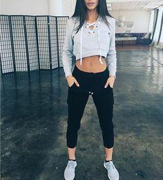 A veces creemos que la ropa deportiva es sólo para el gimnasio o para esos días de flojera extrema que de vez en cuando nos atacan. Y aunque esto esparte de la función de estas prendas, no son las únicas maneras en las que podemos o debemos usarlas. Así que la próxima vez que quieras …
