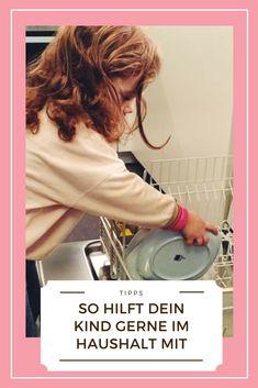 Eigentlich ist es gar nicht so schwer, dass Kinder im Haushalt mithelfen. Im Gegenteil, vor allem Kleinkinder haben richtig Lust, mitzumachen und Mama bei der Hausarbeit tatkräftig zu unterstützen. Mit diesen einfachen Tipps geht es ganz einfach! (anzeige) #haushaltstipps #erziehungkleinkinder #kindererziehung