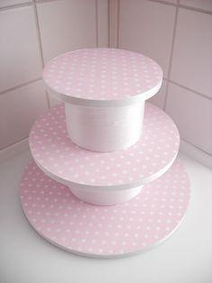 Suporte para Cupcakes ou Docinhos feito com Isopor!            Esta é uma ótima ideia do site Cake Journal (clique aqui para conhecer o site...