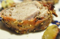 Halløj i skuret en lækker svinemørbrad der blev serveret forleden. En nem menu, og lækker. Alt stegt i ét og samme fad, godt krydret og oliestegt med honning og god timiansmag. Sprødstegte rødløg og bacon med smag. En enkel og velsmagende ret, der ikke kan floppes.