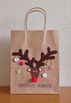 Kerst: bruine papieren draagtas/kadotas versierd met een rendier gemaakt met (plak)vilt, knopen, borduurkarton en slagerstouw.