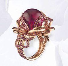 Bague en or rose, rubis, saphirs roses, sertie d'une boule de tourmaline rouge