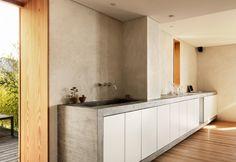 Tutta disegnata su misura da Ralph Germann e realizzata da artigiani locali la scultorea cucina in pietra e cemento dell'abitazione svizzera a Montreux. L'affaccio è su una terrazza con vista panoramica sul lago e le Alpi