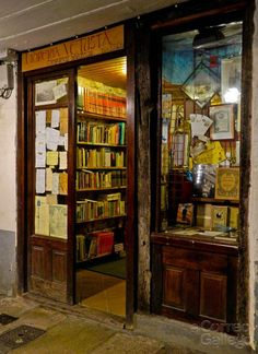 Librería Vetusta, Rúa Nova, Santiago de Compostela Library Store, Library Books, Books For Boys, I Love Books, Wild Book, Forever Book, Book Cafe, American Gods, Shop Fronts