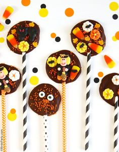 2 Ingredient DIY Halloween Chocolate Bark Lollipops - Perfect recipe for kids to make for teachers, neighbors and friends on Trick or Treat! Halloween Treats To Make, Halloween Baking, Easy Halloween, Halloween Party, Halloween Stuff, Samhain Halloween, Halloween Tricks, Halloween Foods, Halloween Desserts