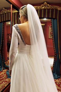 Parte de atrás del vestido de Leire, con una espalda cuadrada, abotonada en la parte inferior y enmarcada por los detalles de pedrería en plata vieja que le aportan un aire medieval. #wedding #weddingdress #bride #bridaldress #2015 #2015wedding