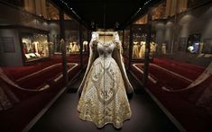 The largest exhibition about the coronation of Queen Elizabeth II in 1953 opens in Buckingham Palace tomorrow. Crown Princess Victoria, Crown Princess Mary, Fabulous Dresses, Beautiful Gowns, Royal Fashion, Indian Fashion, Queen's Coronation, Vintage Outfits, Vintage Fashion