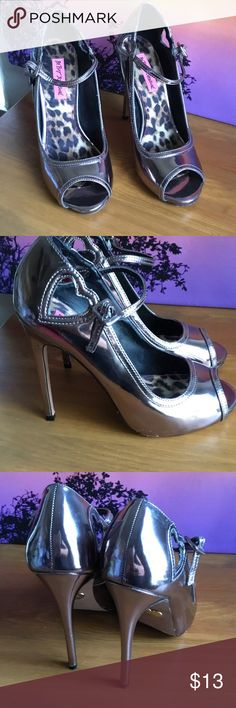 🌼Betsey Johnson 💕 Good Color metallic Betsey Johnson Shoes Heels