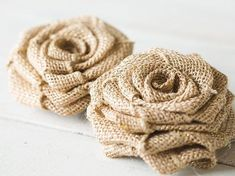NO-SEW DIY Burlap Roses - step-by-step photo instructions and video tutorial! Make these rustic DIY burlap roses in just one minute! Burlap Rosettes, Burlap Fabric, Burlap Flowers, Paper Flowers Diy, Fabric Flowers, Cake Flowers, Burlap Lace, Burlap Bouquet, Diy Bouquet
