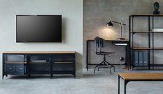 Mit ihrer Kombination aus schwarzem Metall und Massivholz erinnert die FJÄLLBO Serie an industrielles Design. Tische, Regale, eine TV-Bank und andere Möbelstücke werden angeboten – so lässt sich ein Raum vom Charakter her komplett verwandeln. Hier ist u. a. FJÄLLBO TV-Bank in Schwarz zu sehen.