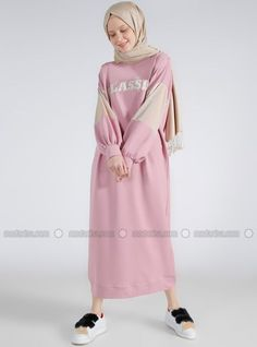 Benin Crew Neck Pink Casual Dress is cool and ideal for everyday wear, Shop Abayas, Hijab Casual Dresses and Modest Dresses at Styleneur. Hijab Casual, Hijab Style, Muslim Women Fashion, Modest Fashion, Hijab Fashion, Fashion Outfits, Muslim Dress, Hijab Dress, Hijab Outfit