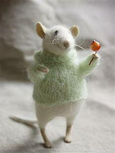 Stuffed Animals by Natasha Fadeeva - sweet mouse holding berries Needle Felted Animals, Felt Animals, Cute Animals, Wet Felting, Needle Felting, Stuffed Animals, Felt Mouse, Cute Mouse, Funny Mouse