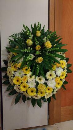 Coronas - - My site Funeral Flower Arrangements, Funeral Flowers, Amazing Flowers, Beautiful Roses, Funeral Sprays, Casket Sprays, Funeral Memorial, Sympathy Flowers, Flower Spray