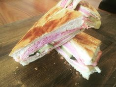 Hoy preparamos una deliciosa receta de sandwich cubano a la parrilla como lo hacen Miami. Un sandwich delicioso y fácil que no te puedes perder.
