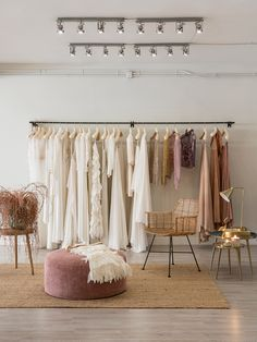 Clothing Store Interior, Clothing Store Design, Retail Clothing Racks, Ideas De Boutique, Boutique Decor, Bridal Boutique Interior, Boutique Interior Design, Modegeschäft Design, Design Comercial