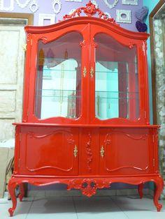 Ateliando - Customização de móveis antigos: Cristaleira Luíz XV Vermelha    Outro móvel que ganhou nova vida por aqui...Completamente restaurado e customizado para casa da nossa cliente Sueli!